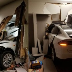 Empotra su Model X contra su propio salón de estar y empieza una campaña contra Tesla