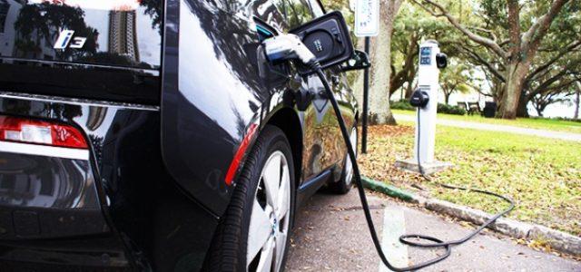 En algunas zonas sólo hacen falta seis coches eléctricos recargando para colapsar la red