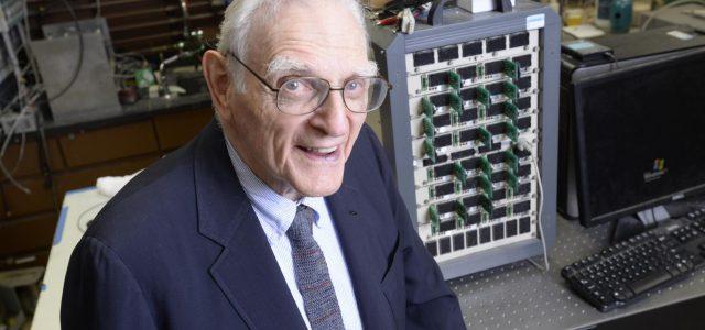 Batería de electrolito sólido de vidrio inventada por Goodenough, pionero de las de iones de litio.