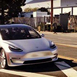 Tesla sigue avanzando para lograr llegar a tiempo con el Model 3. Ya fabrica prototipos con maquinaria de producción