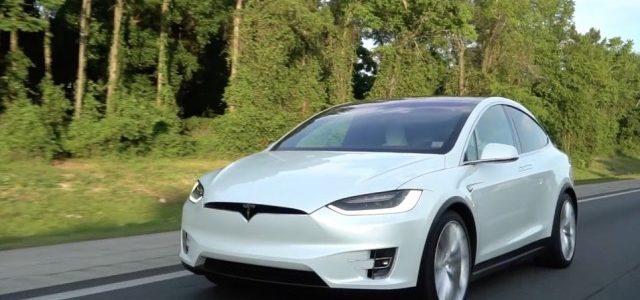 ¿Qué tiempo hace el Tesla Model X en el circuito de Goodwood con un piloto profesional?