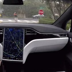 Un bufete de abogados intenta captar clientes para exigir a Tesla la devolución del coste del nuevo Autopilot