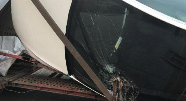 Un camión viejo, un montón de Tesla Model X…¿qué podría salir mal?