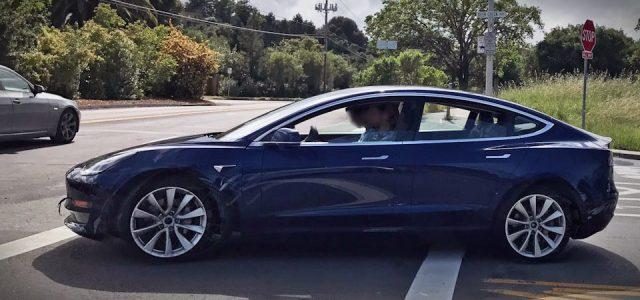 Nuevas fotos del Tesla Model 3 azul marino avistado esta semana
