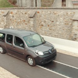 Qualcomm pone en marcha en Francia un tramo de carretera con recarga inalámbrica. Potencia de hasta 20 kW a velocidad de autovía
