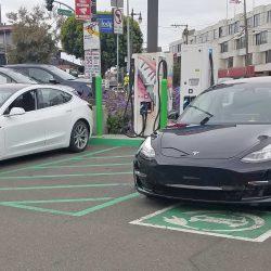 Se disparan los rumores por el avistamiento de dos Tesla Model 3 en una estación de carga CCS Combo/ CHAdeMO