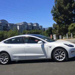 Nuevas imágenes del Tesla Model 3 nos dejan ver con más detalle sus líneas. Presentación privada el 2 de junio