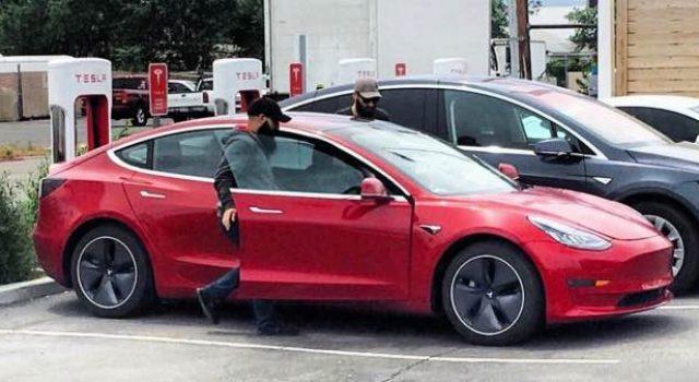 Así de fácil se ponen y se quitan los tapacubos aerodinámicos del Tesla Model 3 (Vídeo)