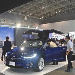 La estrategia de Tesla en Japón. Atraer a los clientes con el Model X, y mostrarles lo competitiva de su propuesta en paneles solares y baterías para el hogar