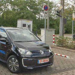 Alemania inaugura la primera estación de recarga de coches eléctricos, que obtiene la energía de la catenaria de un tranvía