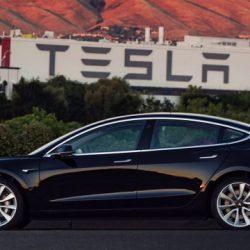 Fotos del primer Tesla Model 3 que sale de la línea de producción