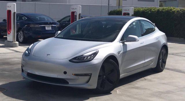 Más fotos del Tesla Model 3, con un primer vistazo a los asientos traseros. ¿Es el espacio para las piernas muy pequeño?