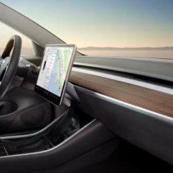 Nuevo vídeo del interior del Tesla Model 3. Vistazo al salpicadero en madera y a la pantalla