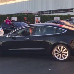 Vídeo del primer Tesla Model 3 salido de la línea de producción