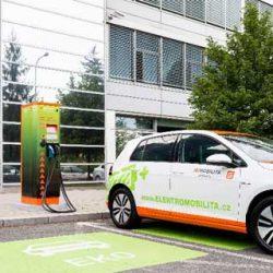 ¿Qué haría cambiar a la gente su coche por un eléctrico? Ayudas, aparcamiento gratuito, recarga…