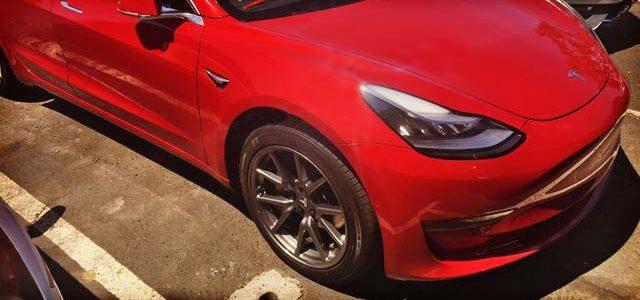 Las llantas de serie del Tesla Model 3 pueden transformarse retirando sus tapas