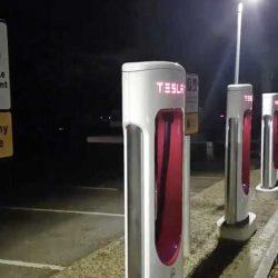 Un Supercargador de Tesla se mantiene activo en medio de un apagón en Reino Unido