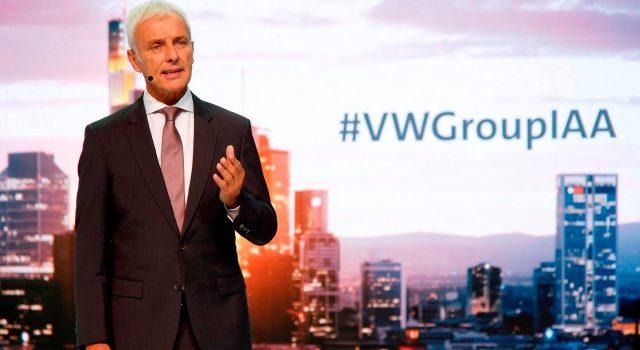 """El presidente de Volkswagen carga duramente contra Tesla. """"Sólo fabrican 80.000 unidades, y pierden montones de dinero"""""""