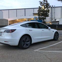 Avistado un Tesla Model 3 circulando por Alemania, y recargando en un Supercargador