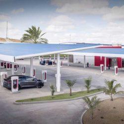 Tesla abre el primer Supercargador con zona de espera. 40 puntos de recarga, energía solar y cafetería