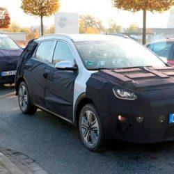 El KIA Niro eléctrico hace su primera aparición fuertemente camuflado junto con el Hyundai Kona