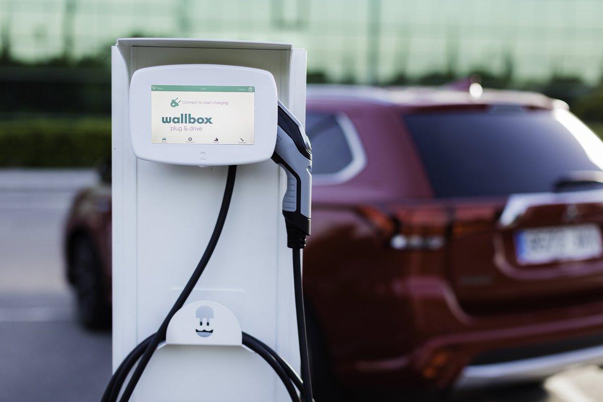coche eléctrico recargando