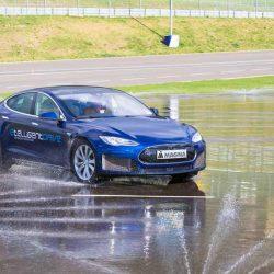 Magna desarrolla un Tesla Model S con 3 motores, y muestra el resultado en el circuito
