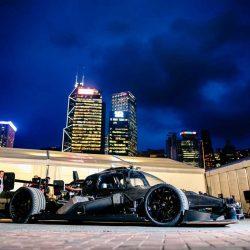 Roborace enfrenta en una carrera a un humano contra un coche autónomo en el circuito de Hong Kong
