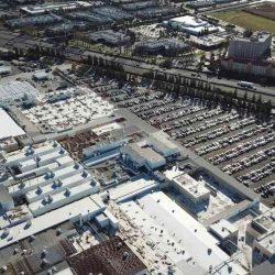 Vídeo a vista de dron donde se ven cientos de unidades del Tesla Model 3 esperando la entrega