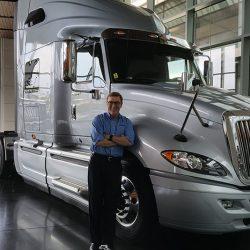 El presidente de Navistar dice que para 2025 tendrán más camiones eléctricos en la carretera que Tesla