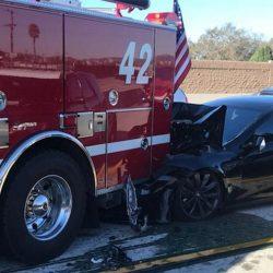 Un Tesla Model S impacta contra un camión de bomberos presuntamente con el Autopilot conectado