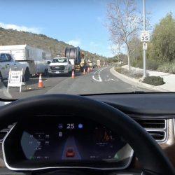 El recién actualizado Autopilot de Tesla se enfrenta de forma satisfactoria a una carretera en obras (Vídeo)
