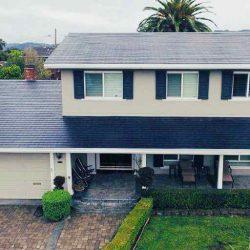 Se presentan las primeras viviendas con el tejado solar de Tesla, baterías de respaldo y coche eléctrico