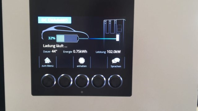 cazan un nissan leaf de 60 kwh recargando a 102 kw. Black Bedroom Furniture Sets. Home Design Ideas