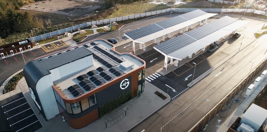 Abre la primera estación de servicio exclusiva para coches eléctricos alimentada por energía solar. (Vídeo) | forococheselectricos