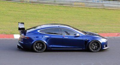 El Tesla Model S Plaid + vuelve a Nürburgring con su alerón activo