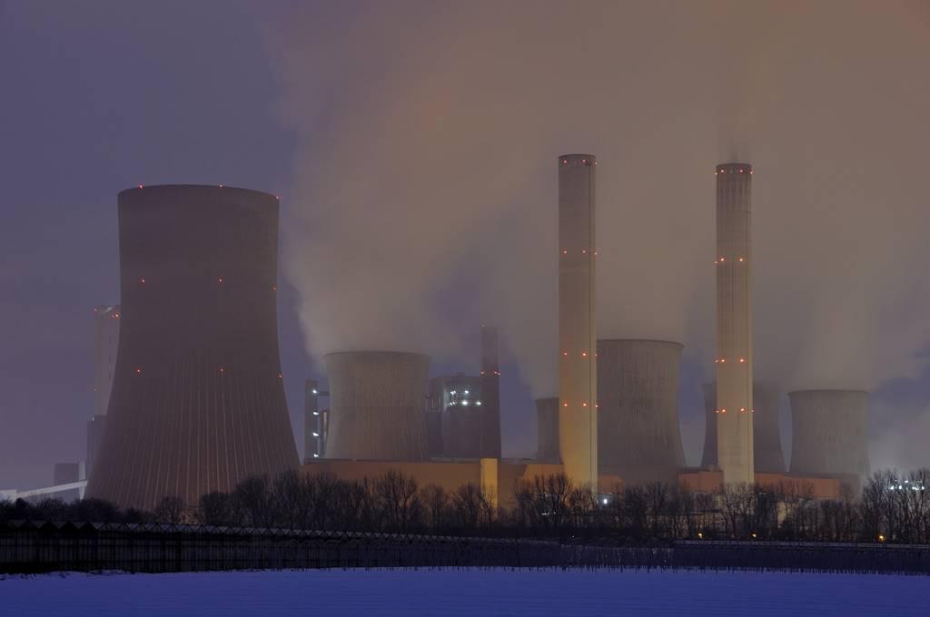 energia nuclear contra inversion en solar más baterías