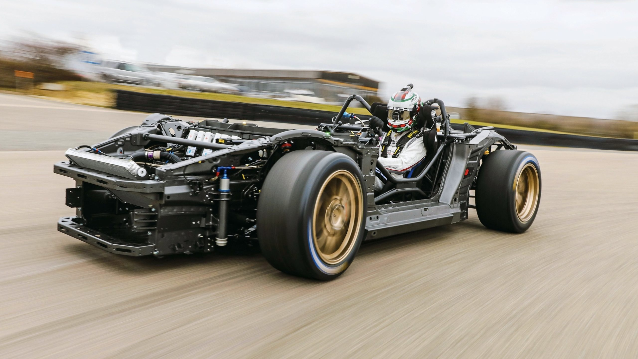 Porsche desvela los secretos del prototipo Mission R | forococheselectricos