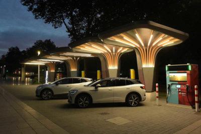 Volkswagen y E.ON presentan su primer punto de recarga rápido de nivel 3 con baterías de respaldo en Alemania