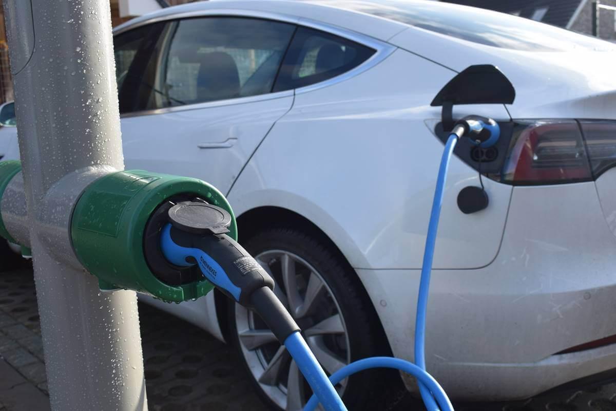 farola coche electrico recarga